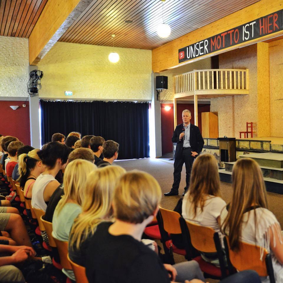 Europaabgeordneter Matthias Groote (SPD) im Austausch mit Schülerinnen und Schülern des Gymnasiums