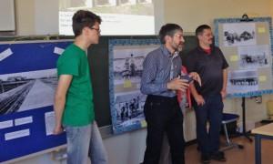 Familie Geppert aus Klostermoor und Ottmar Ilchmann im Gespräch mit Schülern und Schülerinnen der 10. Klassen